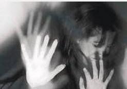 تجاوز وحشیانه به دختر 19 ساله در مقابل دید همه (عکس)
