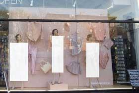 مانکن های برهنه در ویترین فروشگاه ها (عکس)